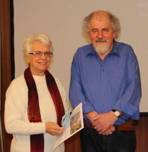 Hannelore bedankt sich bei Wolfgang Strohmaier für den gelungenen Vortrag